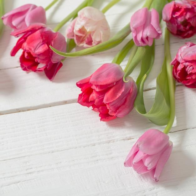 Czerwoni Tulipany Na Białym Drewnianym Stole Premium Zdjęcia