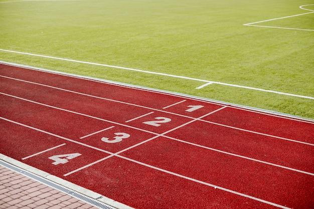 Czerwony bieżnia na stadionie z numerami Darmowe Zdjęcia