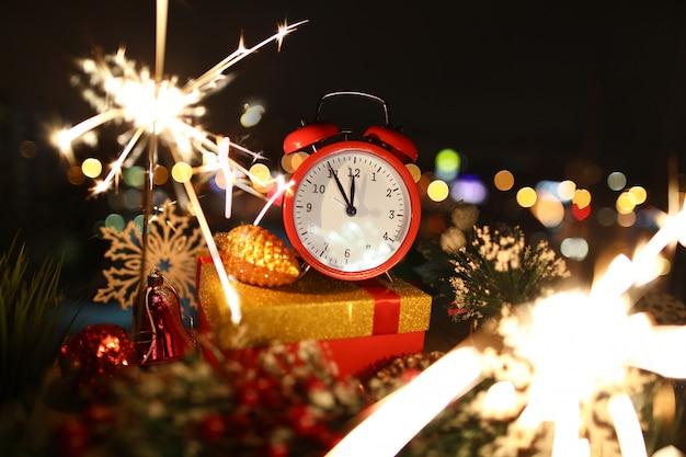 Czerwony budzik z boże narodzenie prezentami Premium Zdjęcia