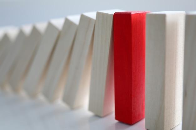 Czerwony Drewniany Klocek Oparł Się Upadkowi Prostych Blogów. Premium Zdjęcia