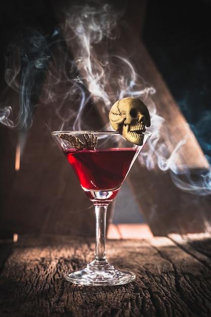 Czerwony koktajl z czaszki halloween przyjęcia pojęciem Premium Zdjęcia