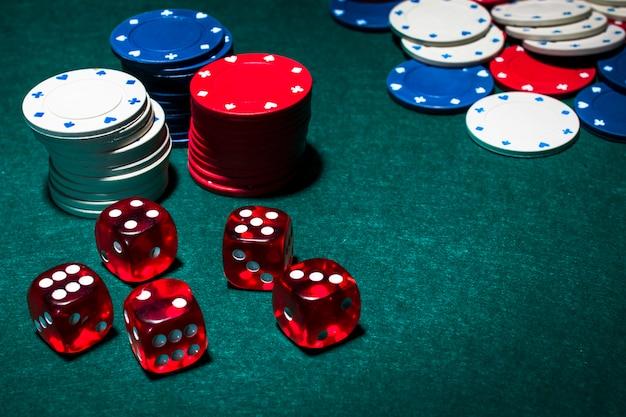 Czerwony Kości I Stos żetonów Do Gry Na Zielonym Stole Pokerowym Darmowe Zdjęcia