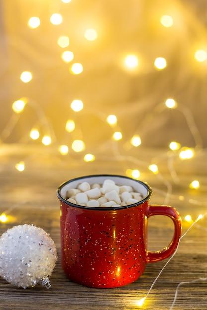 Czerwony Kubek Gorącego Kakao Z Białymi Kulkami Marshmallows I Cukierkami Premium Zdjęcia