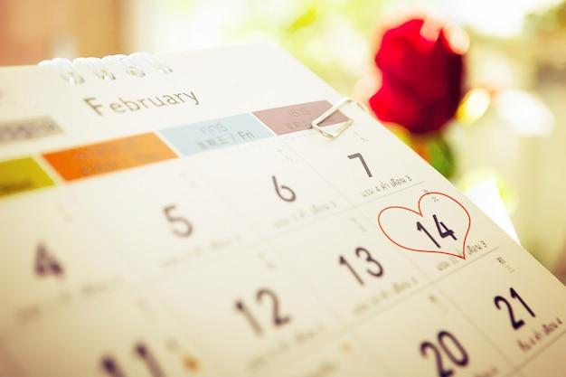 Czerwony kwiat róży z kalendarza Premium Zdjęcia