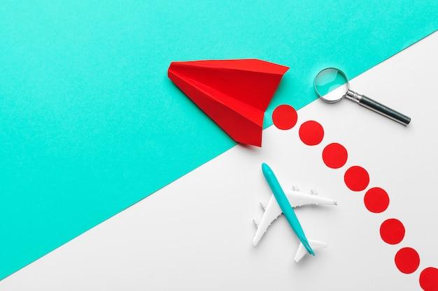Czerwony papierowy samolot origami. transport i biznes Premium Zdjęcia