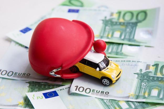 Czerwony portfel, samochodzik na euro Premium Zdjęcia