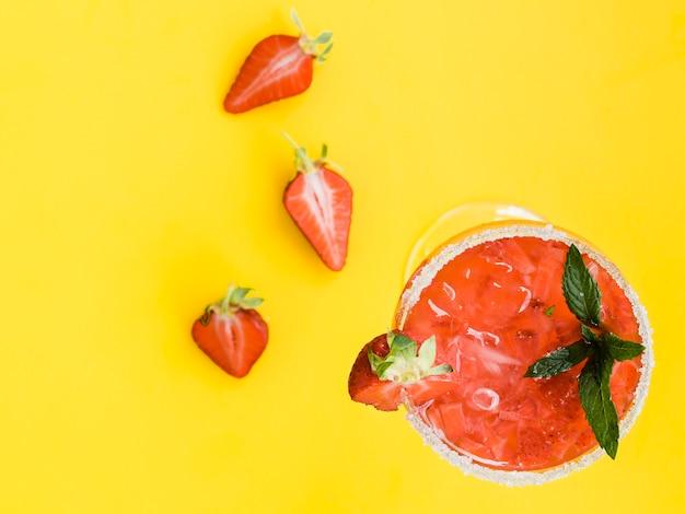Czerwony świeży zimny koktajl z truskawkami, mennicą i lodem Darmowe Zdjęcia