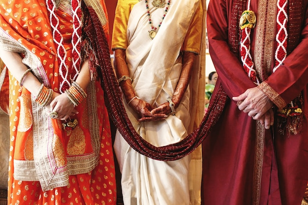 Czerwony Szal łączy Rodziców Panny Młodej Ubranych Na Indyjskie