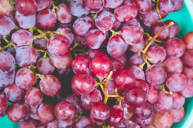 Czerwony Winogrono Z Wodnymi Kroplami, Zakończenie Premium Zdjęcia