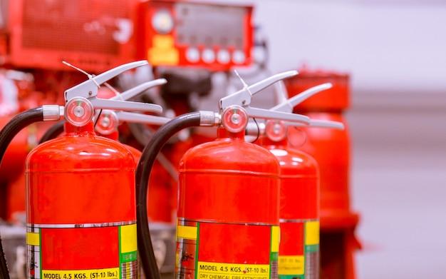 Czerwony zbiornik gaśnicy omówienie wydajnego przemysłowego systemu gaśniczego. Premium Zdjęcia