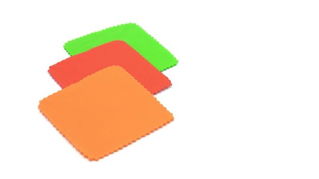 Czerwony, zielony, pomarańczowy puste karty papieru kwadrat na białym tle Premium Zdjęcia