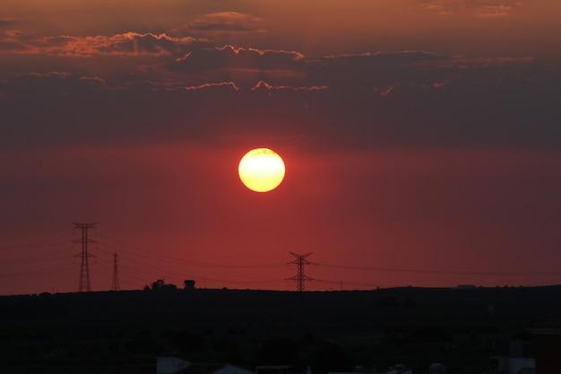 Czerwony zmierzch z dużym słońcem Premium Zdjęcia