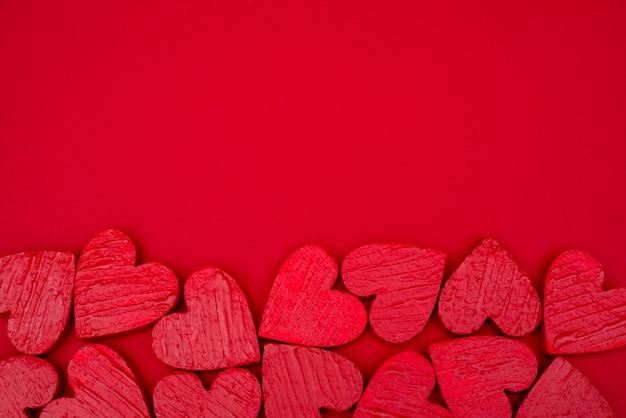 Czerwonych serc pocztówkowy valentines dzień. Premium Zdjęcia