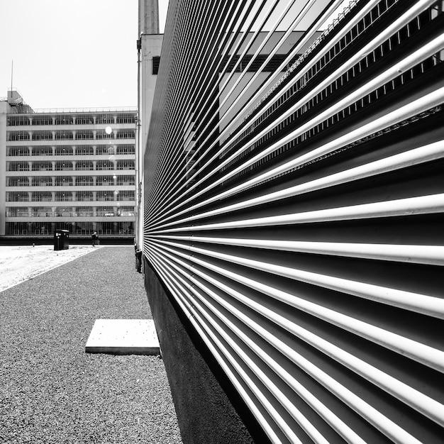 Część Budynku Wykonana Z Białych Kawałków Metalu Nachodzących Jeden Na Drugi Darmowe Zdjęcia