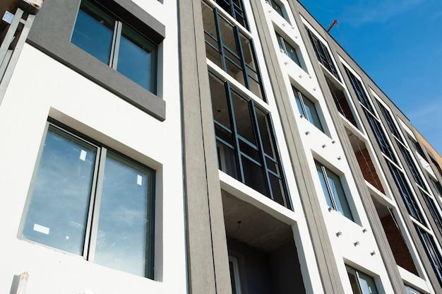 Część Elewacji Z Oknami Nowego Domu Z Szarymi ścianami Na Tle Nieba Premium Zdjęcia