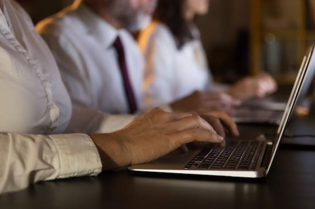 Częściowy Widok Ludzi Biznesu Za Pomocą Laptopów Darmowe Zdjęcia