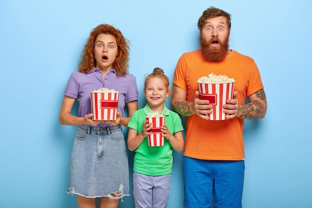 Członkowie Rodziny Lubią Oglądać Telewizję Z Popcornem Darmowe Zdjęcia