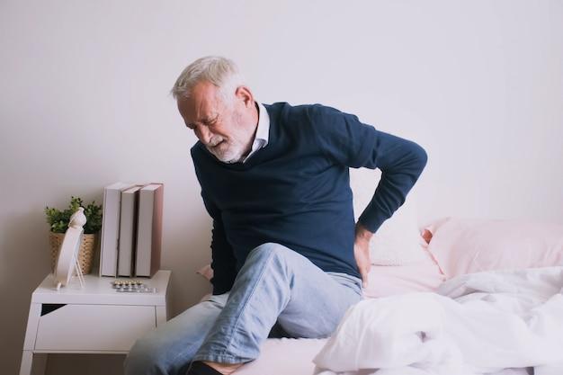 Człowiek cierpiący na ból żebra lub talii. Premium Zdjęcia