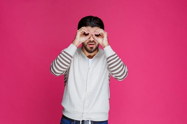 Człowiek Co Sowa Twarz I Oczy Palcami. Darmowe Zdjęcia