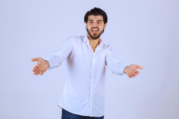 Człowiek Czuje Się Pozytywnie I Daje Uśmiechnięte Pozy. Darmowe Zdjęcia