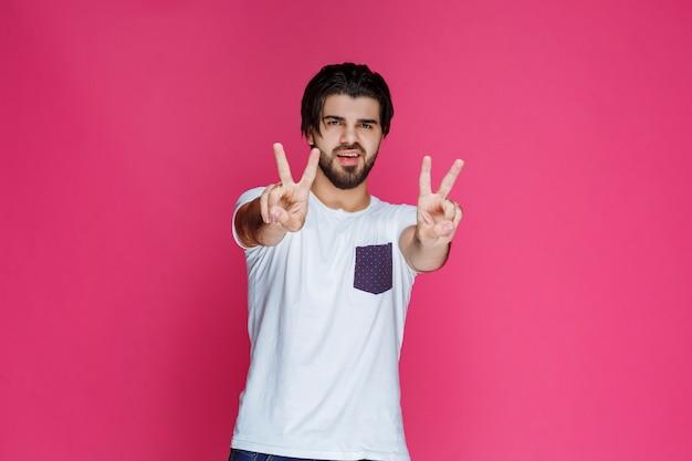 Człowiek Czyniąc Znak Ręką Pokoju I Przyjaźni. Darmowe Zdjęcia