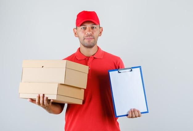 Człowiek Dostawy Posiadający Kartony I Schowek W Widoku Z Przodu Jednolite Czerwony. Darmowe Zdjęcia