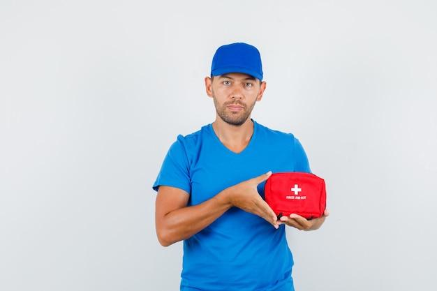 Człowiek Dostawy, Trzymając Apteczkę W Niebieskiej Koszulce Darmowe Zdjęcia