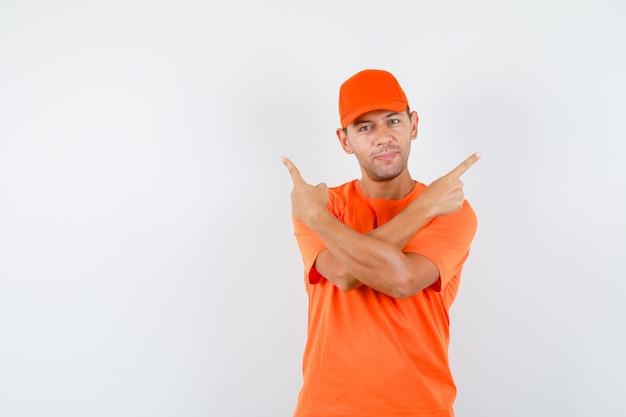 Człowiek Dostawy W Pomarańczowej Koszulce I Czapce, Wskazując I Patrząc Pewnie Darmowe Zdjęcia