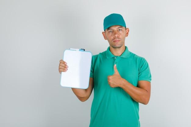Człowiek Dostawy W Zielonej Koszulce I Czapce Pokazując Kciuk Z Deską Darmowe Zdjęcia