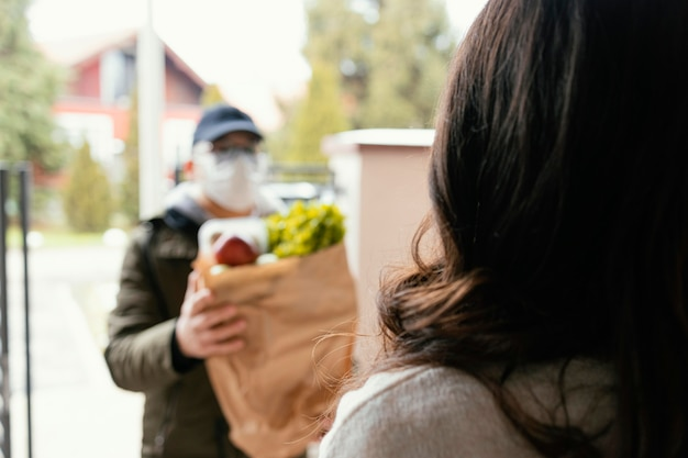 Człowiek Dostawy Z Pakietem żywności Darmowe Zdjęcia