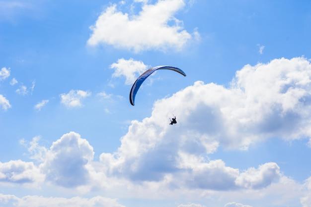 Człowiek Na Spadochronie Latającym W Czyste Niebo Premium Zdjęcia