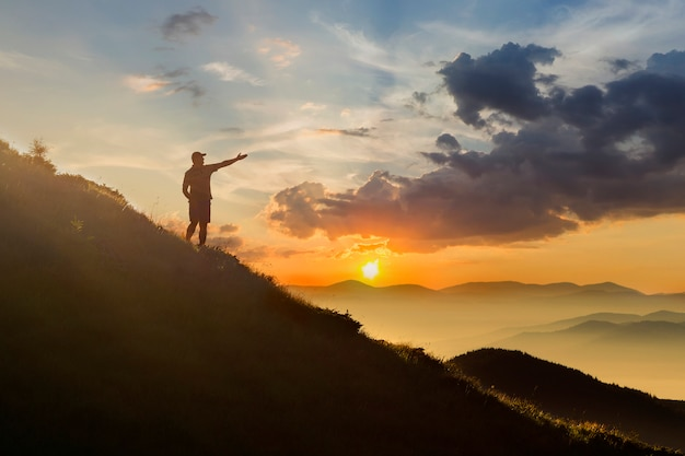 Człowiek na szczycie góry. Premium Zdjęcia