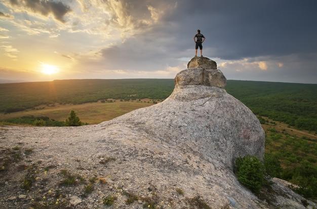 Człowiek Na Szczycie Góry Premium Zdjęcia