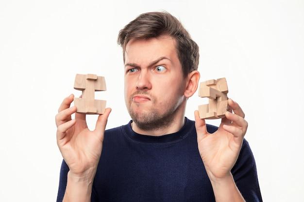 Człowiek Patrząc Zdezorientowany W Drewniane Puzzle. Darmowe Zdjęcia