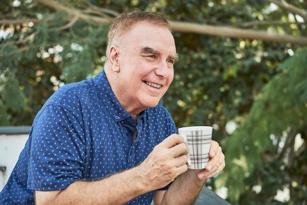 Człowiek Pije Kawę Na Zewnątrz Darmowe Zdjęcia