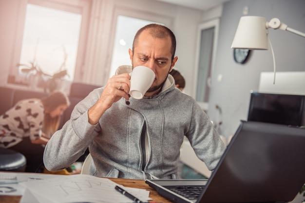 Człowiek pije kawę Premium Zdjęcia