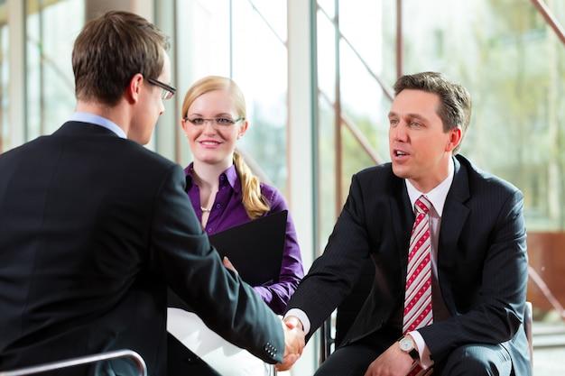 Człowiek Po Rozmowie Z Menedżerem I Partnerem Pracy Pracy Premium Zdjęcia