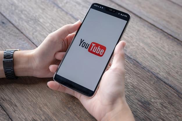 Człowiek Pokazujący Aplikację Youtube Na Smartfonie Premium Zdjęcia