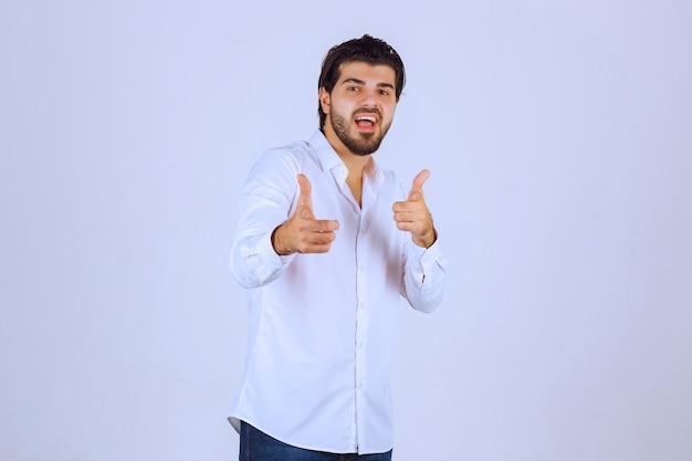 Człowiek Pokazuje Kciuk W Górę Ręką Znak. Darmowe Zdjęcia