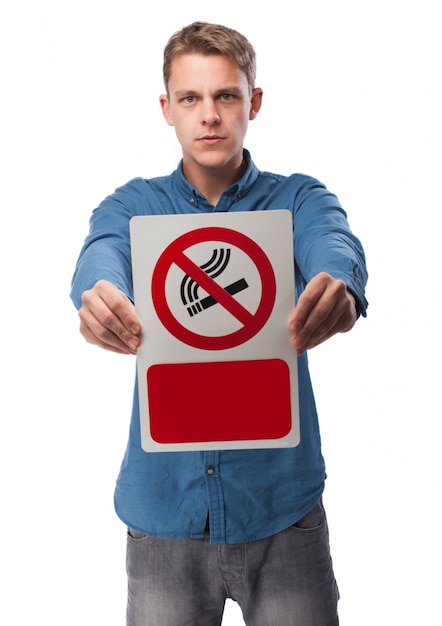 Człowiek posiadający znak no smoking Darmowe Zdjęcia