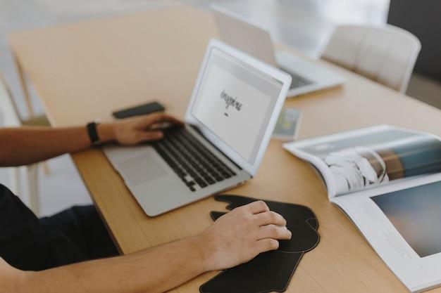 Człowiek Pracuje Na Swoim Laptopie Darmowe Zdjęcia
