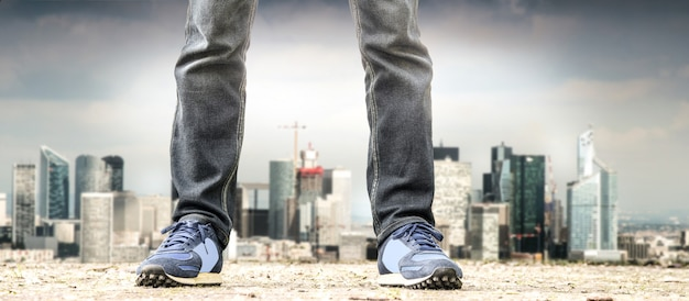 Człowiek stojący na przedmieściach Premium Zdjęcia