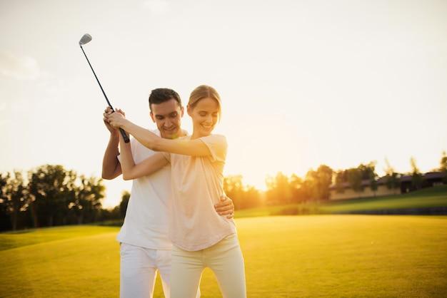 Człowiek Uczy żony, Aby Wziąć Hobby Rodziny Golfowej. Premium Zdjęcia