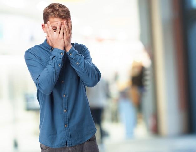 Człowiek Ukrywszy Twarz W Dłoniach Darmowe Zdjęcia