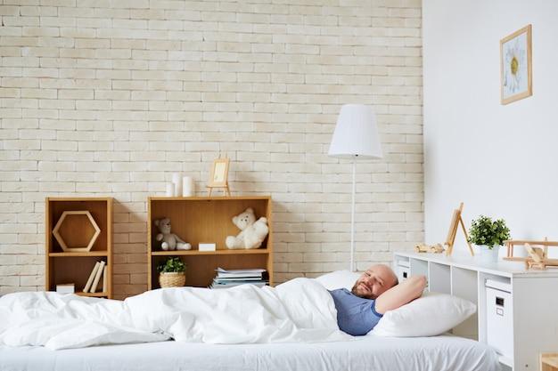 Człowiek w łóżku Darmowe Zdjęcia