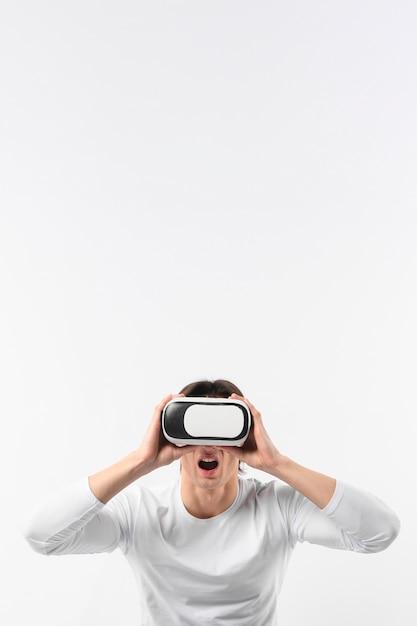 Człowiek W Przestrzeni Kopii Za Pomocą Zestawu Słuchawkowego Wirtualnej Rzeczywistości Darmowe Zdjęcia