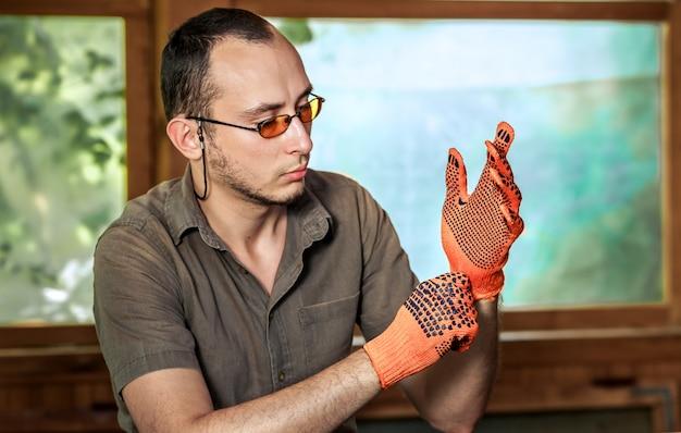 Człowiek w rękawicach ochronnych Premium Zdjęcia