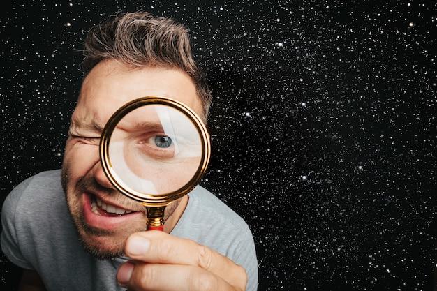 Człowiek Widzieć Przez Szkło Powiększające. Oko Wielkiego Człowieka Premium Zdjęcia