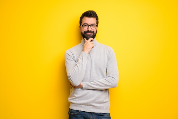 Człowiek Z Brodą I Golfem Uśmiechnięty I Patrząc Z Przodu Z Ufną Twarzą Premium Zdjęcia