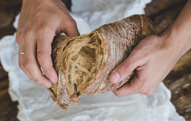 Człowiek Z Chlebem Darmowe Zdjęcia